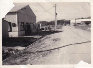 工場前の道路